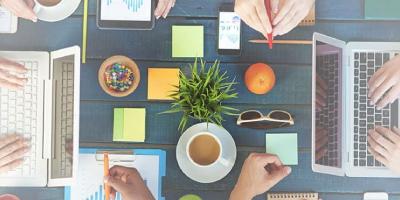 Mesa organizada com pessoas